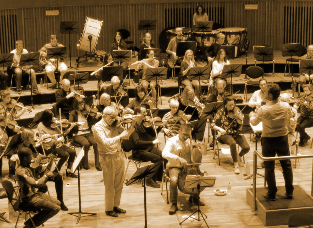 Picture of Michael Bochmann with the orchestra